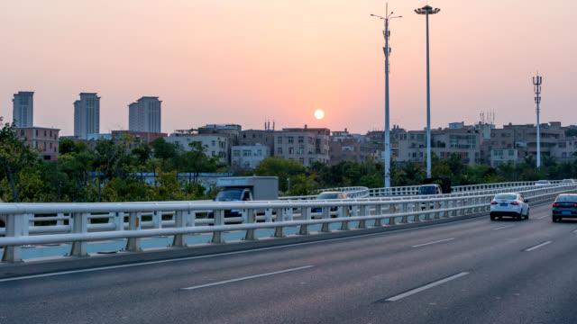 timelapse, biltrafik på bron med sunset bakgrund - xiamen bildbanksvideor och videomaterial från bakom kulisserna