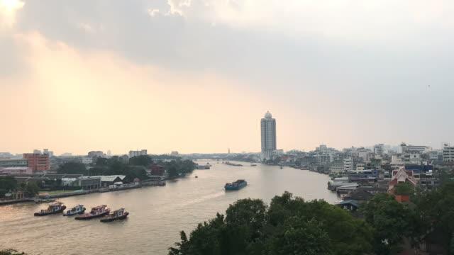 timelapse, chao phraya river at sunset in bangkok city. - fiume chao phraya video stock e b–roll