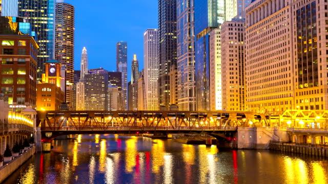 hd-zeitraffer: chicago river und die skyline der stadt usa in der dämmerung - gold waschen stock-videos und b-roll-filmmaterial