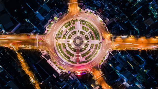 timelapse circle traffic in the city at night - szybkość filmów i materiałów b-roll