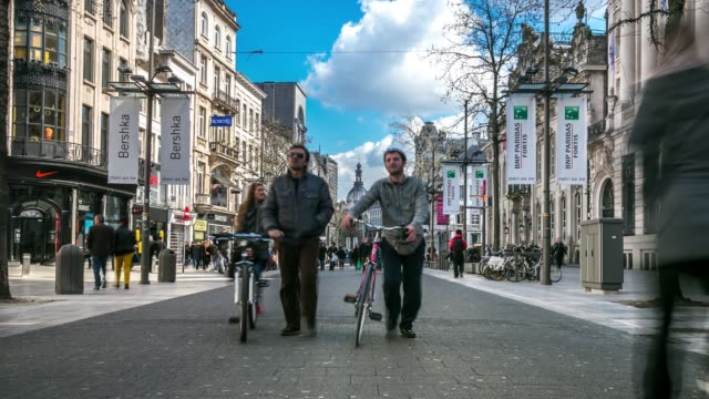 time-lapse : città strada pedonale dello shopping meir antwerp belgio - belgio video stock e b–roll