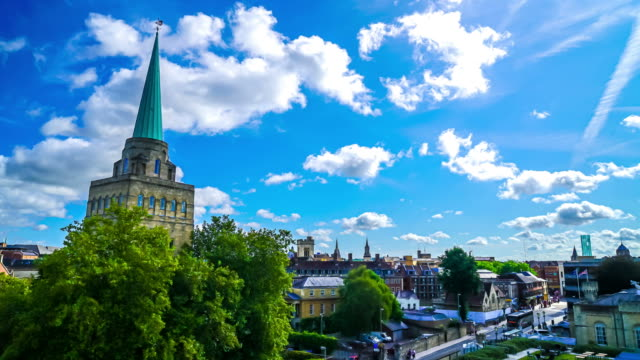 timelapse Cityscape of Oxford with blue sky in Oxford, England - vídeo