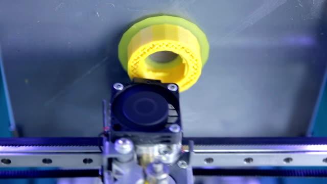 Timelapse. Close-up. Três impressora 3d dimensional impressão elementos plásticos - vídeo