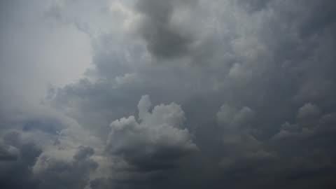 vidéos et rushes de nuage de timelapse 4k avant la tempête et la pluie à venir. mouvement de nuages orageux bleu foncé en jour de pluie orageuse. fond de la nature. - lourd