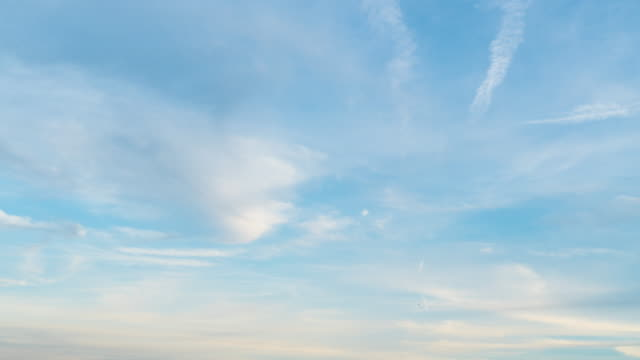4 k zeitraffer: cloud abend. - zirrus stock-videos und b-roll-filmmaterial