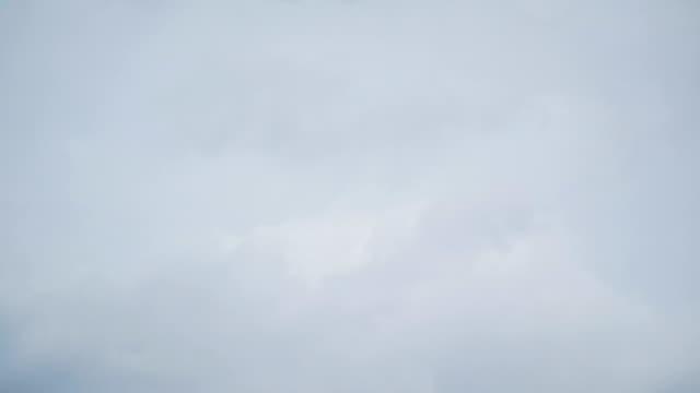 vídeos de stock e filmes b-roll de time-lapse : cloud with rain moving on sky. - fofo texturizado