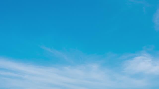 vídeos de stock, filmes e b-roll de as nuvens do timelapse mudam o formulário no céu azul - cirro