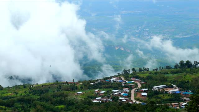 time-lapse wolken über die berge grünen zone bewegen. - weltraum und astronomie stock-videos und b-roll-filmmaterial