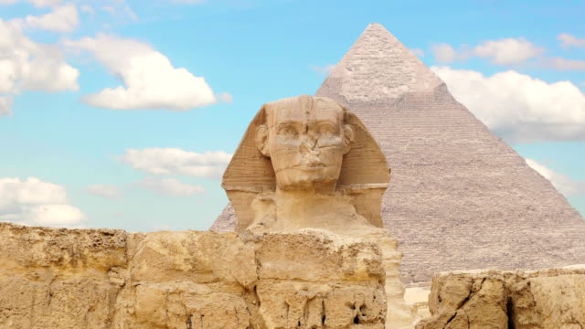 timelapse. clouds over the pyramid of cheops and sphinx. giza egypt. v.2 - египет стоковые видео и кадры b-roll