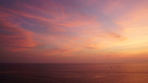 vídeos de stock e filmes b-roll de timelapse clouds with beautiful sky and sea - anoitecer