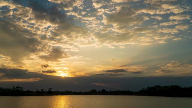 zeitraffer bunt dramatischer himmel mit wolke bei sonnenaufgang - indochina stock-videos und b-roll-filmmaterial