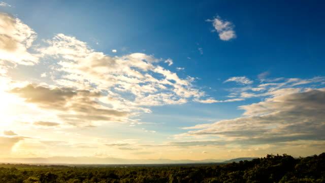 timelapse colorful dramatic sky with cloud at sunset. - время дня стоковые видео и кадры b-roll