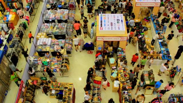 vídeos y material grabado en eventos de stock de toma acelerada de multitud en el centro comercial - misa