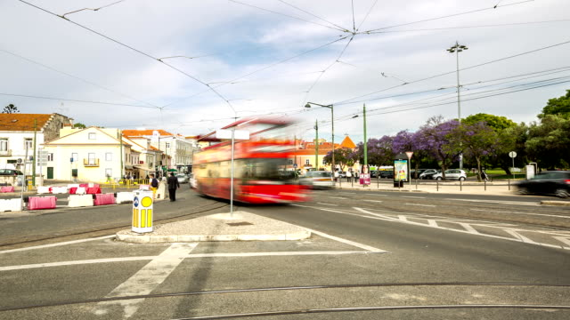 """vídeos de stock e filmes b-roll de hd """"time-lapse"""": multidão peões em belém cidade de lisboa, portugal - eletrico lisboa"""
