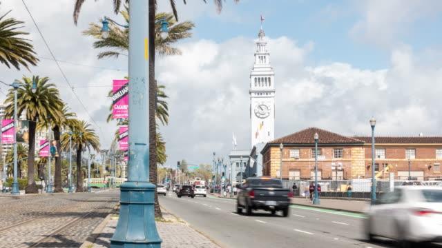 vídeos y material grabado en eventos de stock de time-lapse turismo multitud de peatones y coches de cable en el centro de embarcadero en san francisco california usa - embarcadero