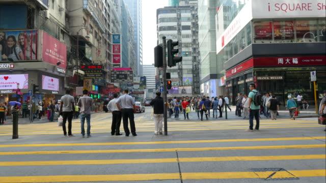 timelapse-überfüllten personen in hong kong stadt - überweg warnschild stock-videos und b-roll-filmmaterial