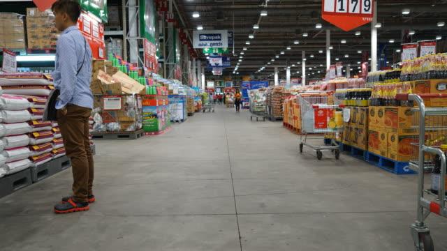 timelapse trångt personer i snabbköp - dagligvaruhandel, hylla, bakgrund, blurred bildbanksvideor och videomaterial från bakom kulisserna