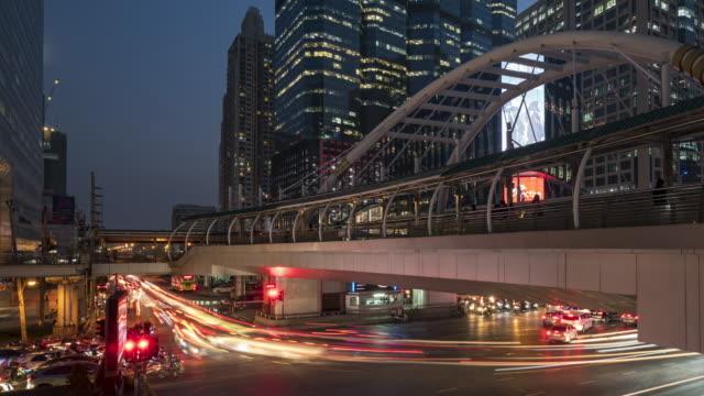 4k timelapse gün gece bangkok tayland at köprüsü ve kavşak sathorn bölgesinin. i̇ş sermaye merkezi bangkok. pan - bangkok stok videoları ve detay görüntü çekimi