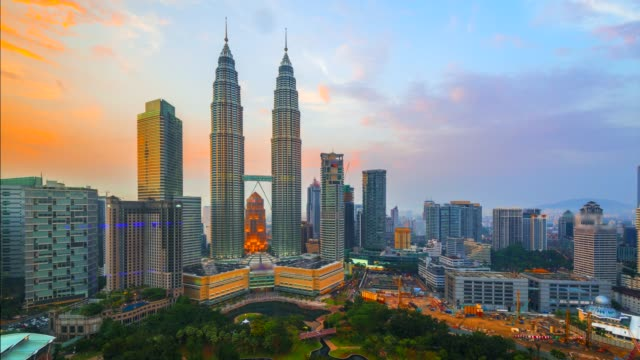 4k timelapse day to night of  elevated view of the petronas twin towers, during the evening, kuala lumpur, malaysia - kuala lumpur video stock e b–roll
