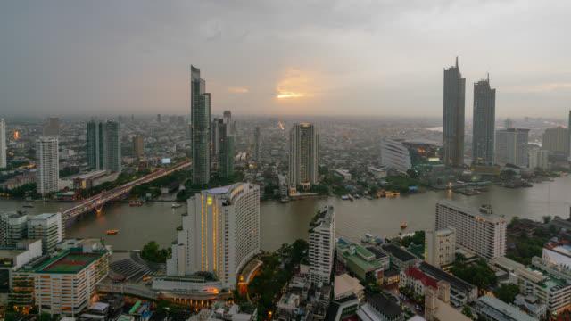 gece bangkok manzarası panorama ve şehir merkezinde chao phraya nehri bangkok tayland bangkok city gökdelen günbatımı filistinliyi timelapse günler. - bangkok stok videoları ve detay görüntü çekimi