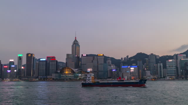 Time-lapse: Day to night sunrise scene of hongkong cityscape view from victoria harbor. - vídeo