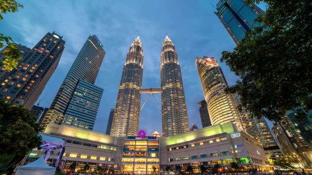 timelapse dag-natt passagen nära petronas twin towers i kuala lumpur, malaysia. augusti 2017 - petronas twin towers bildbanksvideor och videomaterial från bakom kulisserna