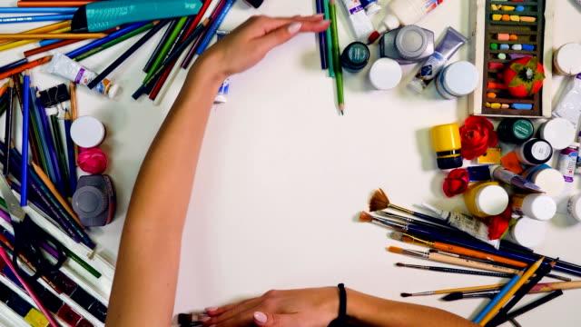 zeitraffer. designer, künstler-arbeitsbereich. händen entfernen sie gegenstände auf dem tisch, leeren bereich für sie zu verlassen. ansicht von oben - kreide weiss stock-videos und b-roll-filmmaterial