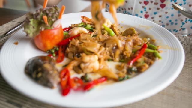 4K Time-lapse: eatting pad thai. video