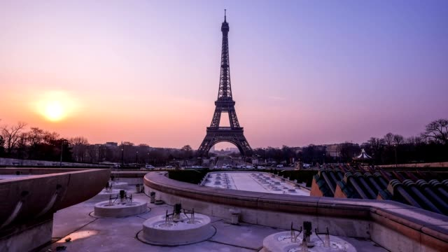 Time-lapse Eiffel Tower and fountain at Jardins du Trocadero at sunrise, Paris, France video