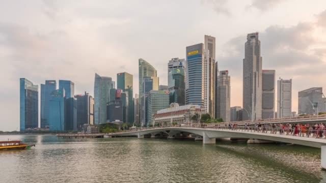vídeos de stock e filmes b-roll de timelapse: esplanade bridge and downtown skyscrapers at marina bay of singapore - frente ao mar