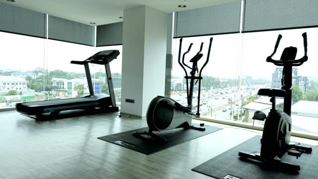 공중 보기에 시간 경과: 운동 실 - 운동장비 스톡 비디오 및 b-롤 화면