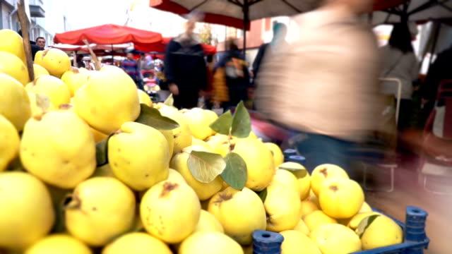 timelapse farmer's market - melanzane video stock e b–roll