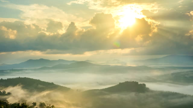 time-lapse fog above mountain and sunlight through clouds at sunrise in thailand - góra filmów i materiałów b-roll