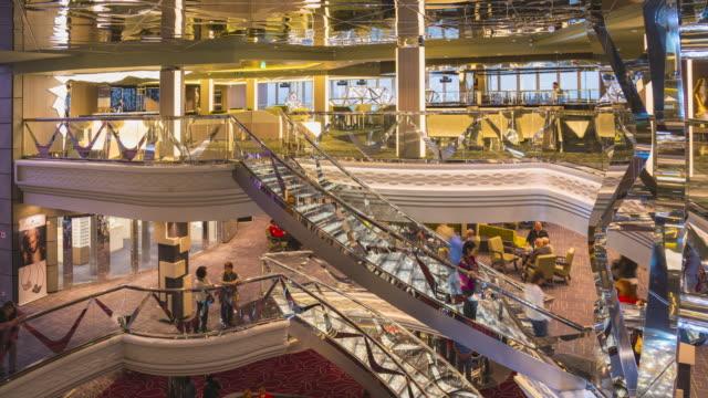filmati timelapse dei passeggeri si riuniscono nella sala principale di una nave da crociera di lusso traverlling - crociera video stock e b–roll