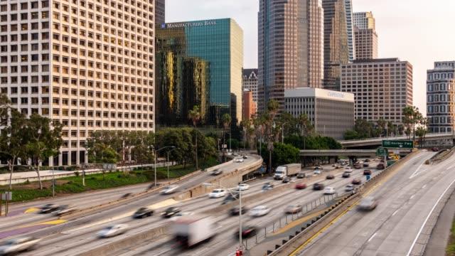 time-lapse freeway traffic at los angeles downtown sunset - droga wielopasmowa filmów i materiałów b-roll