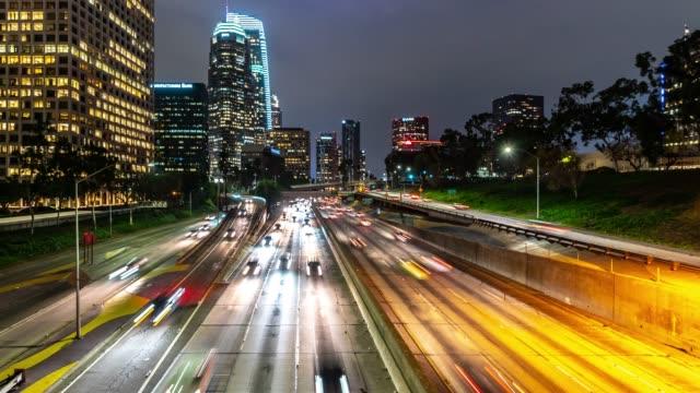 ロサンゼルス ダウンタウン夕暮れ時の時間経過の高速道路交通 - 州間高速道路点の映像素材/bロール