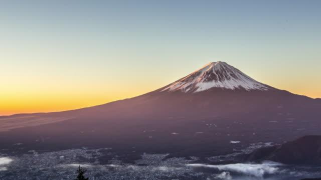 vidéos et rushes de time-lapse 4 k: lever de soleil sur le lac kawaguchiko fujisan avec vue aérienne - culture japonaise