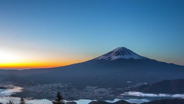 vidéos et rushes de time-lapse 4 k: lever de soleil sur le lac kawaguchiko fujisan avec vue aérienne - fuji yama