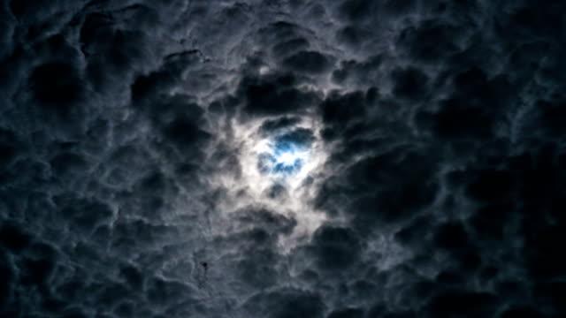 vídeos de stock, filmes e b-roll de 4k timelapse - lua cheia em tempo tempestuoso - só céu