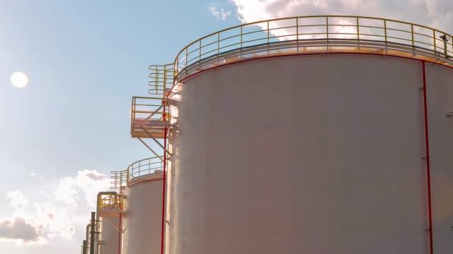 vídeos de stock e filmes b-roll de timelapse gas reservoirs with service grounds against sky - cisterna água parada