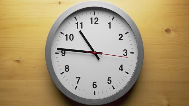 검은 색 화살표가있는 시간 경과 회색 시계는 시간 속도가 10.00에서 12.00까지, 시간이 어떻게 날아가는가 개념을 보여줍니다. - clock 스톡 비디오 및 b-롤 화면