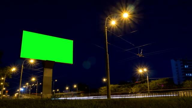 vídeos y material grabado en eventos de stock de timelapse - billboard de pantalla verde en carretera - valla límite