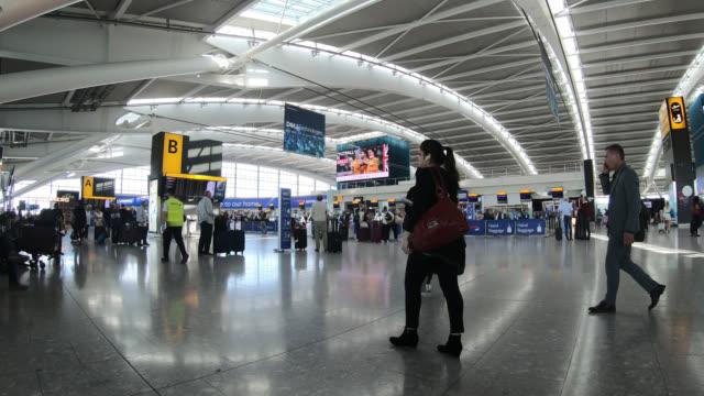 timelapse Heathrow terminal airport in London, England, United Kingdom - vídeo