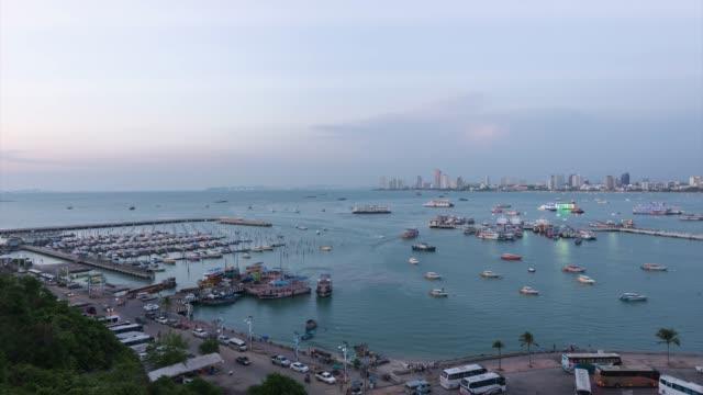 4k time-lapse: hög vinkel utsikt över pattaya bay, den berömda kuststaden i chon buri province - pattaya bildbanksvideor och videomaterial från bakom kulisserna