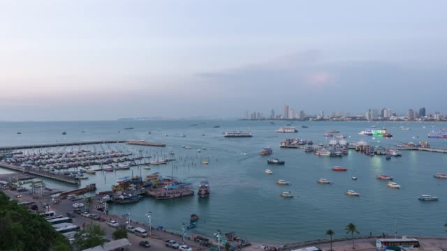 4k time-lapse: high angle view of pattaya bay, the famous seaside town in chonburi province, zoom out - pattaya filmów i materiałów b-roll