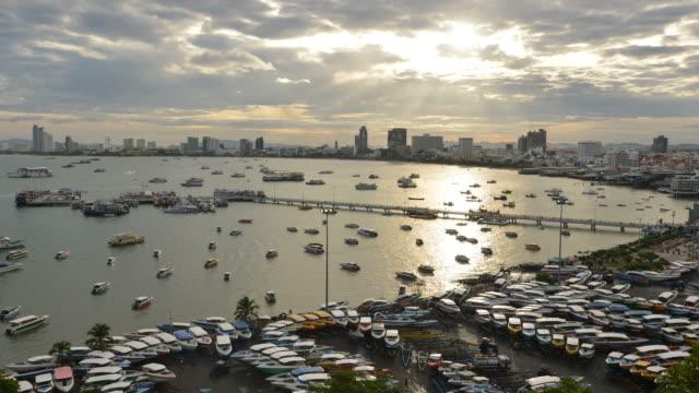 hd time-lapse: hög vinkel utsikt över pattaya staden i soluppgången. - pattaya bildbanksvideor och videomaterial från bakom kulisserna