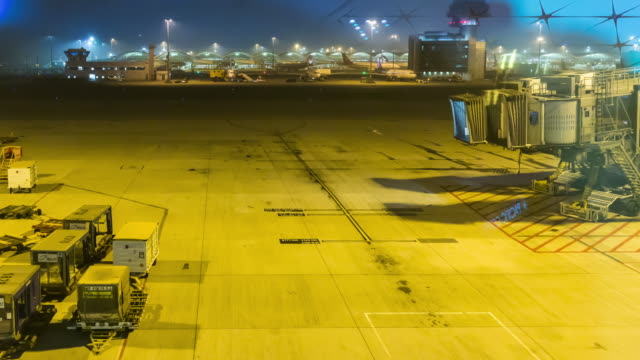 Time-lapse: Hong Kong air port at night shot. - vídeo