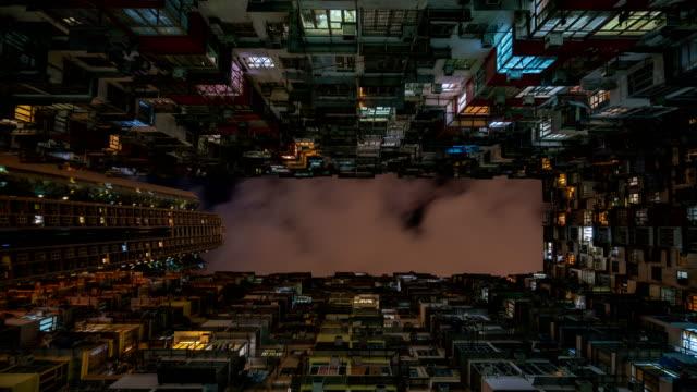vidéos et rushes de 4k de time-lapse: immeubles de hong kong dans la nuit - vue en contre plongée verticale
