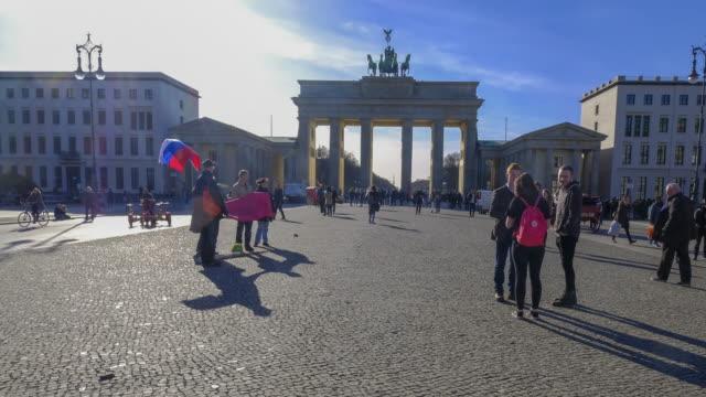vídeos de stock e filmes b-roll de 4k timelapse in berlin brandenburg tor gate, berlin, germany - berlin wall