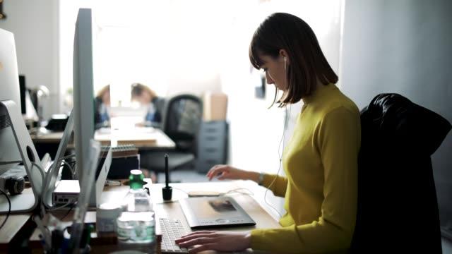 vídeos de stock e filmes b-roll de time-lapse in office - happy hour